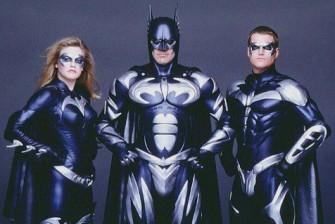 #4 Batman dan Robin Di film garapan tahun 1997 silam ini, Warner Bross kembali menghadirkan petualangan baru lain dari Batman. Masih dengan sutradara yang sama, Joel Schumacher, tokoh Bruce Wayne kali ini diperankan oleh aktor George Clooney. Mungkin untuk pertama kalinya, kostum Batsuit tampil begitu sangat berbeda dan aneh. Hal ini sangat beralasan, karena selain menampilkan banyak aksen warna perak, tampilan Batman kali ini lebih terkesan mirip robot. Dari segi logo juga mengalami perubahan total. Didominasi warna perak, bentuk Batlogo-nya menjadi lebih besar, dan menutupi hampir bagian dada Batman. Sayangnya, perubahan ekstrem ini malah menuai banyak protes dari para fansnya kala itu. sumber : jadiberita.com