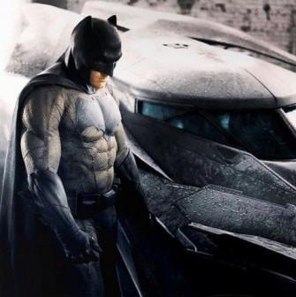 #6 Batman vs Superman Dawn of Justice Film yang menampilkan Superman dan juga Batman ini memang paling ditunggu kehadirannya. Kali ini sosok Bruce Wayne bakal diperankan oleh sang Daredevil, Ben Affleck. Dari segi kostum, tampilan Batsuit Batman terlihat sangat sederhana, dan lebih mengacu pada gaya awal-awal di seri komiknya. Tak ada kecanggihan dan efek futuristik dalam Batsuit-nya kali ini, namun terlihat lebih tangguh karena bentuk tubuh sang aktor. sumber : jadiberita.com