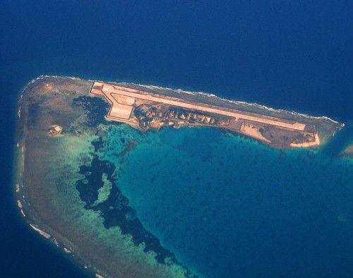 Pulau Atol Pulau ini mirip dengan boomerang jika dilihat dari atas. Berada di kepulauan Saprlty.