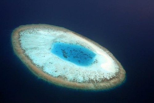 Pulau Berbentuk Bola Mata Pulau ini berada di kepulauan Maladewa. Bebentuk bola mata jika dilihat dari atas.