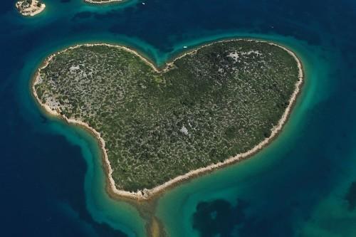 Pulau Hati Pulau ini berada di lepas pantai Kroasia. Banyak orang menyebutnya sebagai pulau cinta.