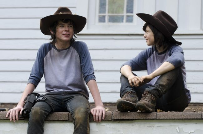 Chandler Riggs (kiri) dengan pemeran penggantinya dalam film The Walking Dead Emily Brobst seorang wanita berusia 29 tahun..WEW..