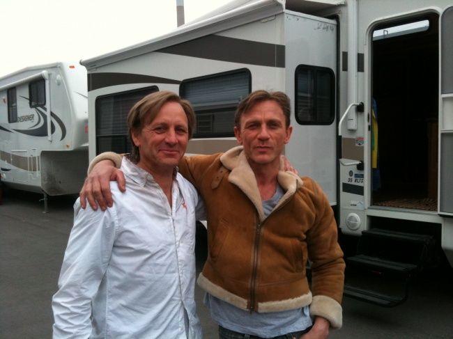 Daniel Craig dan stuntmannya Garvin Cross dalam film Dream House..mirip ya?!