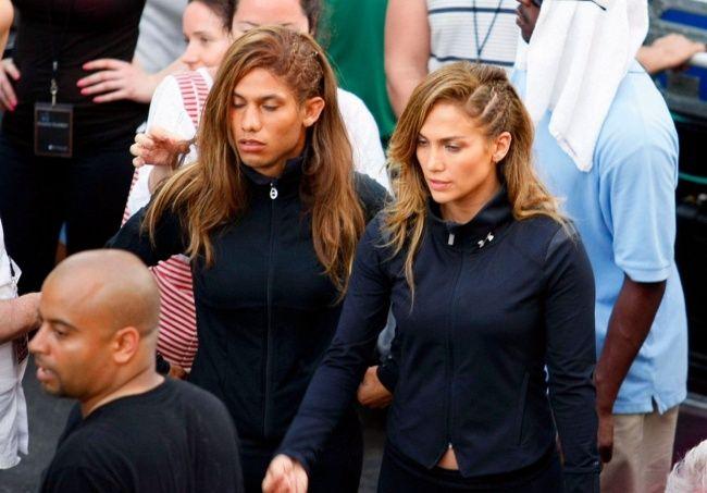 Nggak begitu mirip sih, Jennifer Lopez dan pemeran penggantinya Daniel Arroyo di video clip yang berjudul Follow the Leader.