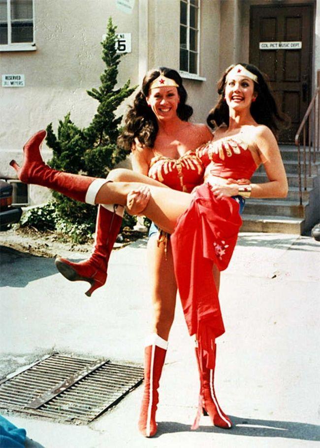 Lynda Carter lagi gendong-gendongan sama Jeannie Epper pemeran penggantinya di film Wonder Woman.