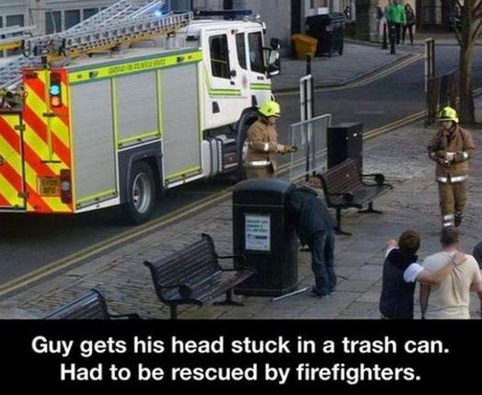 Pria ini kepalanya terjebak didalam bak sampah, sampai memanggil pemadam kebakaran untuk menyelamatkannya. Bisa bayangin nggak gimana bau nya di dalam sana.