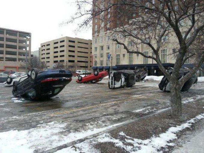 Bisa tau nggak, kira-kira apa yang terjadi sampai beberapa mobil ini parkirnya terbalik..hehe