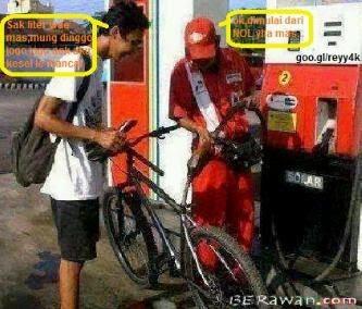 #5 ISI SEPEDA Ada-ada aja yang dilakukan kedua orang ini, baik pengemudi sepeda maupun petugas pom bensinnya. Masa sepeda biasa diisi bensin di pom? berawan.com