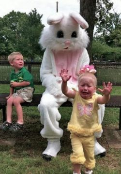 Begini Ekspresi Ketakutan Anak-Anak Ketika Berfoto Bersama Badut Kelinci, Gokil!