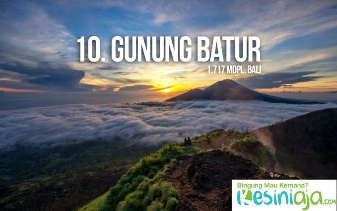 #10 Gunung Batur Nah, kali ini kita sedikit menyeberang ke timur Pulau Jawa, yaitu di Pulau Bali. Tepatnya di daerah Kintamani, kamu bisa menjajal pendakian ke puncak Gunung Batur. Dengan puncak setinggi 1.717 mdpl, gunung indah yang satu ini termasuk ramah buat pemula. Tapi, keindahannya jangan ditanya, pastilah bakal membuatmu terkagum-kagum. Di puncak Gunung Batur, kamu akan menemukan salah satu kaldera terindah di dunia dengan Danau Batur sebagai pusatnya. Untuk sampai di atas, hanya diperlukan waktu sekitar 2-3 jam dengan medan yang tidak terlalu sulit. Oh iya, pastikan kamu memburu sunrise di puncak, ya!