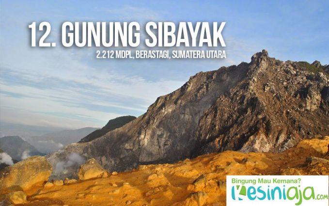 #12 Gunung Sibayak Saat melipir ke Sumatera Utara, tepatnya di daerah Berastagi, kamu bisa menemukan gunung yang cukup ramah buat pemula bernama Gunung Sibayak. Selain ramah daki, gunung ini juga terkenal dengan keanggunan puncak serta kawahnya. Jaraknya pun hanya sekitar 50 Km dari kota Medan. Makanya, sempatkan kemari saat kamu bertandang ke Medan. Untuk mencapai puncaknya, ada tiga jalur yang bisa kamu lalui. Jalur yang paling mudah adalah jalur turis yang bisa ditempuh dalam waktu 1–2 jam. Lalu, ada jalur level menengah yang bisa kamu tempuh dalam 3–4 jam melewati desa Raja Berneh (Semangat Gunung). Sedangkan yang paling sulit adalah jalur 54 yang sangat menantang. Credit Foto: www.lapakmedan.com