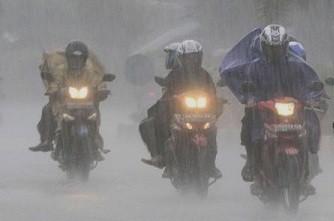 #3 Tiba-tiba hujan hujan emang anugerah, tapi kalo turunnya tiba-tiba langsung deres pas posisi lagi nungguin lampu merah, siapa yang ngga sebel? langsung aja deh buru-buru buka jok motor buat ambil jas hujan. Trus kalo lampu tiba-tiba ijo? ya apes lu!