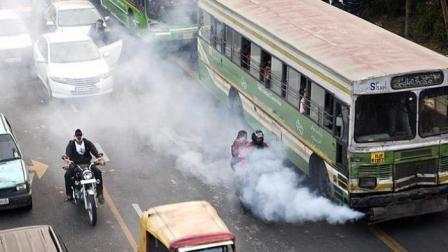 #6 kena asap knlapot kendaraan lain Polusi dimana-mana,. bikin ngga sehat. apalagi kalo polusi nya berasal dari asap kendaraan yang udah gak layak pakai. sebel kan?