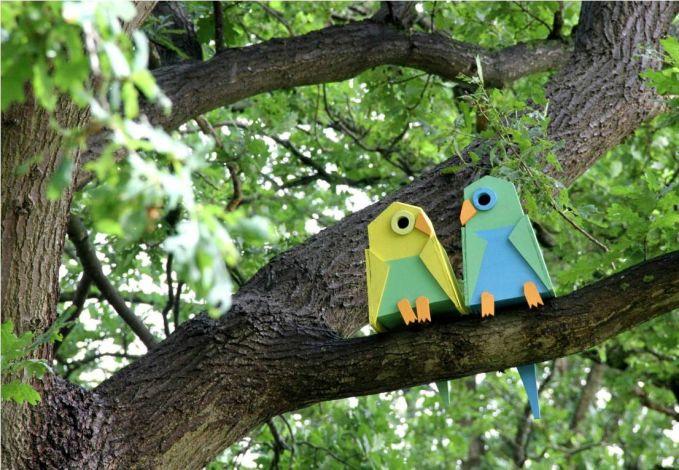 #7 RUMAH BURUNG Ini juga unik kan! Rumah burung yang dipasang pada ranting pohon itu dibuat seperti burung. Ada lubang di matanya sebagai pintu masuk burung.