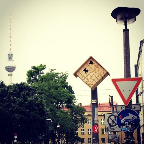 #8 PUZZLE Rumah pohon ini berada di Berlin, Jerman. Bentuknya unik seperti puzzle yang digabungkan dengan puzzle yang lainnya. Rumah burung dibuat di lokasi keramaian dan jarang diperhatikan oleh pejalan.