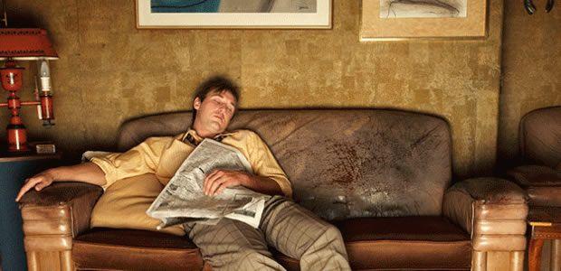 #6 Cowok Pemalas Cowok malas biasnya hanya menghabiskan waktu di depan televisi,makan, dan tidur. Itu aja yang dia kerjakan setiap hari. Nggak punya pekerjaan dan nggak punya rencana masa depan. Kamu pasti nggak mau kan membangun keluarga dengan cowok kaya gini??