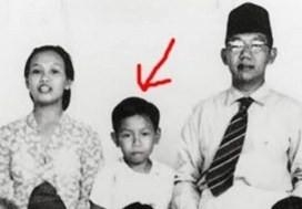 #4 Abdurrahman Wahid Presiden keempat Indonesia yang kerap dipanggil Gus Dur ternyata memiliki foto kecil yang masih imut-imut. Saat kecil yang terlihat pendiam ternyata berbeda saat menjadi dewasa yang hobi dalam negoisasi dan bercanda dengan pemimpin dunia yang lain.