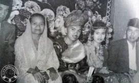 #8 Jusuf Kalla Beliau adalah anak kedua dari 17 orang saudara. Wuihhh banyak kan! Beliau adalah anak dari pengusaha Bugis yang memiliki usaha bernama Kalla Group. Ini adalah foto saat beliau menikah dan berada diantara kedua orang tuanya.