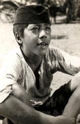 #11 Rano Karno Ini adalah foto masa kecil dari Rano Karno yang tak lain adalah gubernur Provinsi Banten saat ini. Masa kecilnya dihabiskan untuk mempelajari dunia film sehingga pada dewasanya beliau menjadi aktor, sutradara, maupun penyanyi bersama usaha keluarganya yang bernama Karnos Film.
