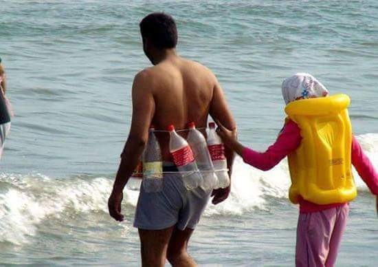 #2 Pelampung Pelampung untuk disewa mungkin habis saat bermain di pantai. Tenang saja! Masalah itu dapat diselesaikan dengan baik kok! Ambil beberapa botol plastik bekas, disusun dan diikat seperti yang ada di foto ini.