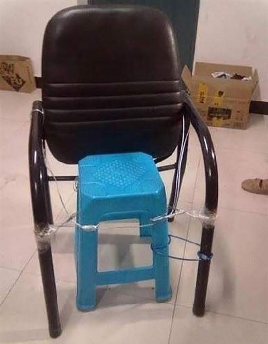 #4 Kursi dan Kursi Pulsker punya kursi yang sudah rusak? Kursi itu dapat digabungkan dengan kursi lain sehingga dapat digunakan kembali. Kursi yang memiliki karya seni! Seni apaan? Hahaha