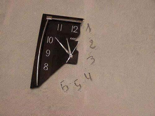 #7 Jam Dinding Gokil banget deh masalah ini! Kalau ada jam dindingmu yang jatuh dan rusak seperti yang ada di foto, Pulsker gak perlu membeli baru. Yang penting perangkatnya masih berfungsi berarti masih dapat digunakan. Jangan lupa tulislah angka-angka di dinding untuk membantumu mengetahui waktu.