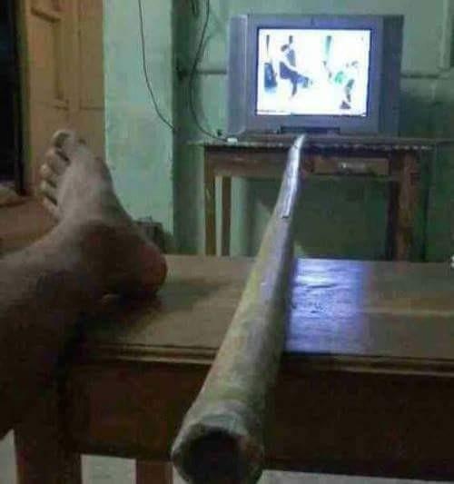 #8 Remote TV Remote TV hilang? Jadi bingung mau ganti-ganti saluran TV dari yang satu ke yang lainnya. Carilah batang bambu! Masalahmu akan terselesaikan dengan beres.