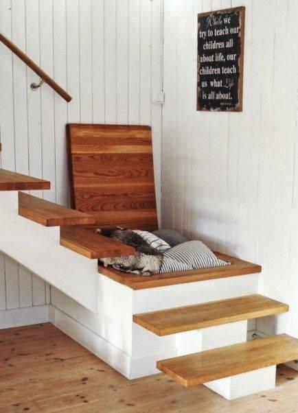 banyak yang memanfaatkan bagian pijakan tangga menjadi laci..