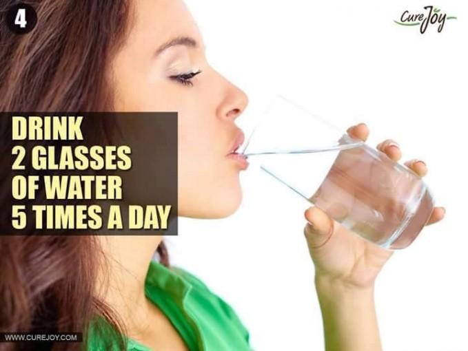 #4 MINUM 2 GELAS AIR 5 KALI SEHARI Agar tubuh tidak mengalami dehidrasi diperlukan minum air yaitu minimal 2 gelas 5 kali sehari. Selain itu agar tubuh juga segar dan ginjal juga terjaga.