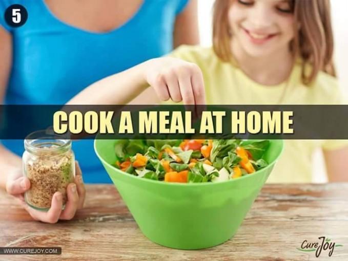 #5 MASAK DI RUMAH Masak di rumah dapat membuat keluarga semakin akrab. Sehingga jika ada salah satu keluarga yang sedang bekerja, sekolah, maupun yang sedang merantau akan selalu merindukan rumah dan kehangatan keluarga melalui masakan.