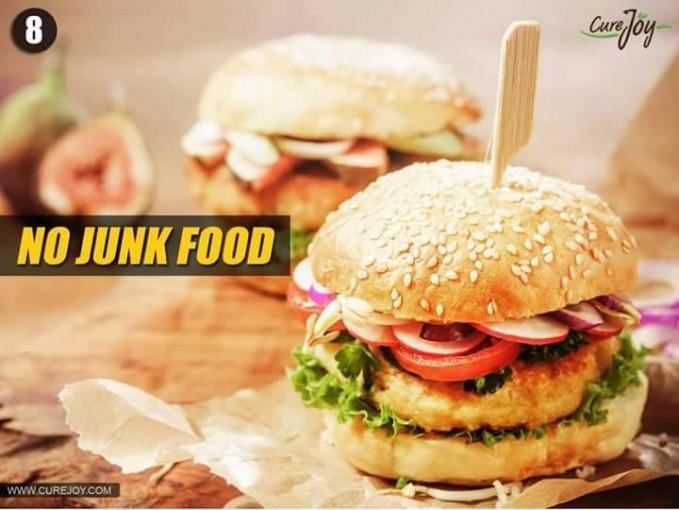 #8 TIDAK MAKANAN CEPAT SAJI Semua orang juga sudah tahu jika makanan cepat saji itu kurang sehat namun tetap saja sering dikonsumsi karena rasanya yang enak di lidah. Kita juga harus memikirkan kesehatan tubuh untuk jangka waktu yang panjang.