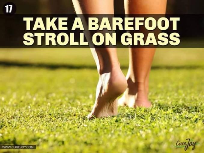 #17 BERJALAN TANPA ALAS KAKI DI RUMPUT Telapak kaki memiliki beberapa syaraf yang menghubungkan dengan organ dalammu. Berjalan di rumput akan melancarkan syarat dan peredaran darahmu.