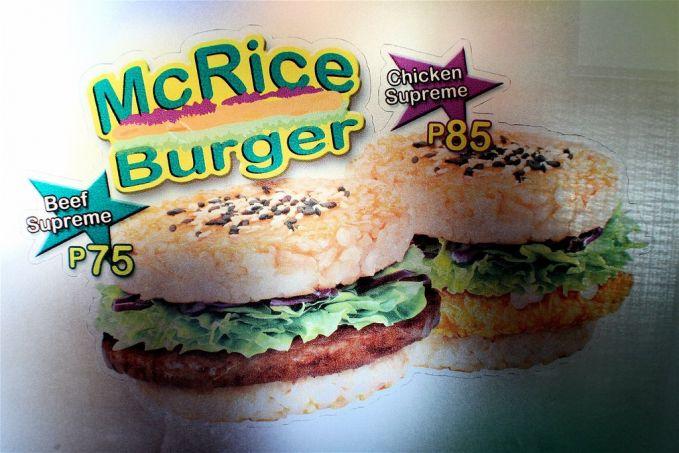 #3 Mc Rice Burger McRice Burger hanya dapat ditemukan di beberapa negara-negara Asia, seperti Singapura dan Taiwan. Nasi menggantikan roti dibentuk menjadi sedemikian rupa dengan ayam atau daging sapi.