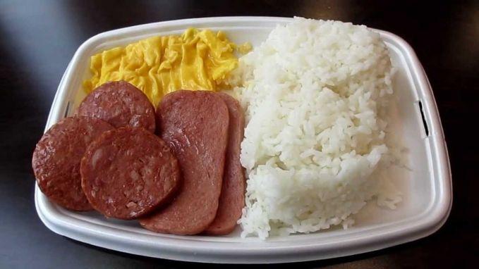 #5 Spam and Eggs Di Hawaii, kamu dapat memesan menu Spam & Eggs di McDonald's. Menu ini biasa disajikan saat sarapan, di mana isinya terdiri dari nasi, spam (daging babi kaleng), dan telur.