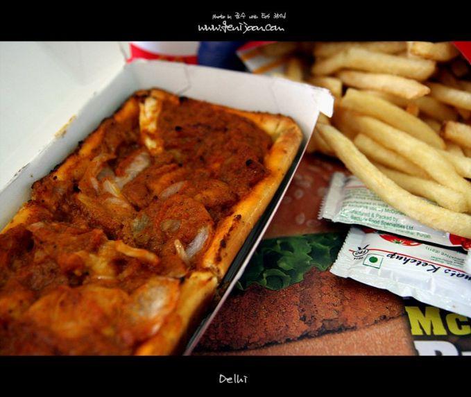 #7 Mc Curry Pan Menu McCurry Pan dapat kamu temukan di India. Daging sapi yang dianggap suci kemudian diganti dengan isian lainnya. Yaitu, roti renyah yang diisi dengan saus krim, jamur, brokoli, dan paprika.