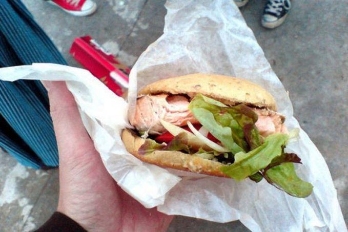 #8 Mc Laks Ingin merasakan burger dengan daging salmon? Cobalah main ke Norwegia. Karena McDonald's disana menyediakan McLaks yang isinya terdiri dari daging ikan salmon segar.