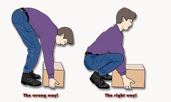 cara mengangkat kardus yang benar tuh dari bawah. kalo ngangkat dari atas bisa-bisa encok nanti.