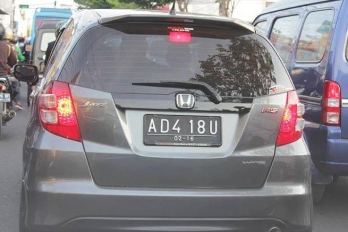#12 AD 418 U Dibaca ada ibu. Berarti di dalam mobilnya ada ibunya tuh!