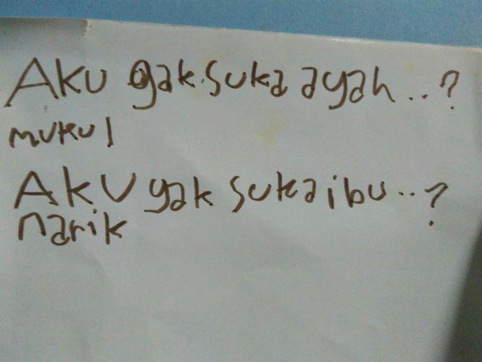 #5 Mukul dan Narik Sepertinya orang tuanya kurang harmonis. Sehingga anak ini menjadi pelampiasan kemarahan kedua orang tuanya.