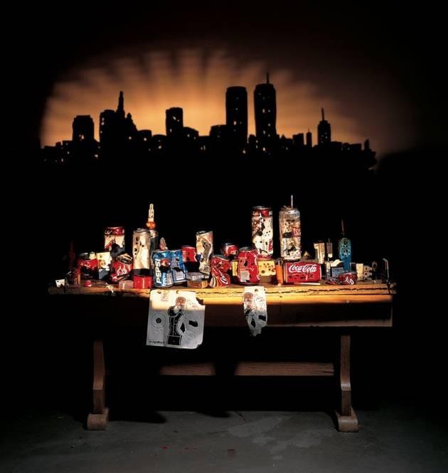 #6 SUNSET DI MANHATTAN Bayangan ini dibuat dari beberapa sampah kaleng minuman. Bayangan yang dihasilkan juga bagus seperti matahari terbenam di Kota Manhattan. Dibuat pada tahun 2003.