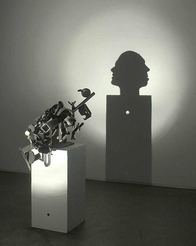 #8 LUBANG Cukup sulit untuk dipahami bahwa bayangan yang dihasilkan seperti kedua kepala dan ada lubang di bawahnya. Dibuat pada tahun 2005.