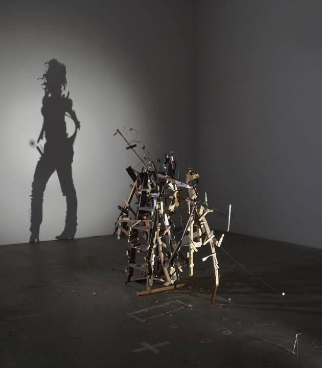 #10 INDIVIDUAL Tumpukan kayu dan beberapa rongsokan pun disusunnya sehingga menghasilkan bayangan seperti seorang gadis. Dibuat pada tahun 2012.