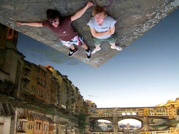 #6 Melayang. Foto ini diambil dengan memanfaatkan pantulan bayangan air. Dan kedua orang ini hanya tiduran di lantai.