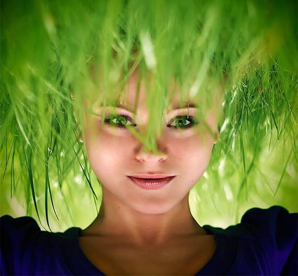#7 Wig hijau. Kenyataannya dia hanya kopstand di atas rumput. Sehingga rumputnya terlihat sebagai rambut hijau.
