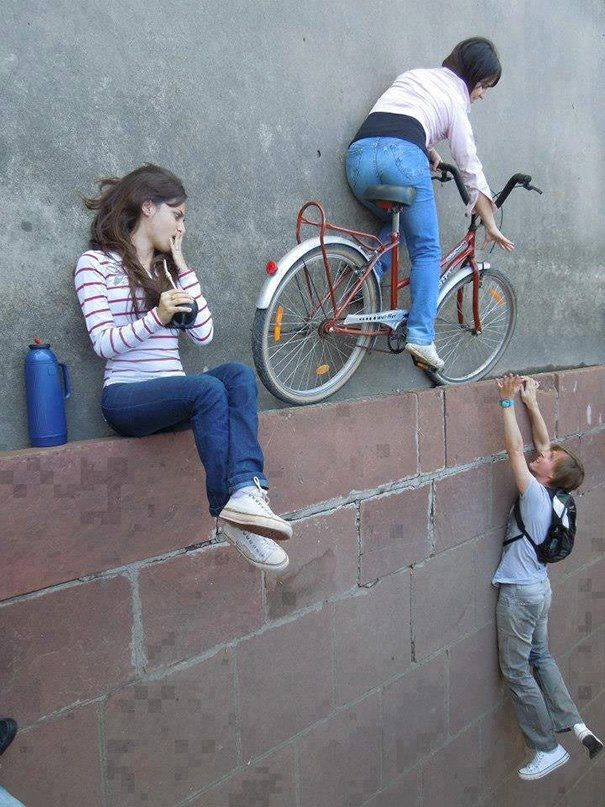#11 Bersepeda di atas tembok. Wah ilusi mata karena angel nih. Mereka juga sama-sama sedang rebahan di lantai.