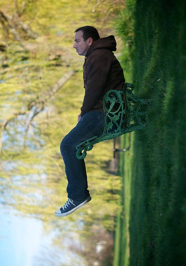 #14 Duduk menggantung. Mudah diketahui kan bahwa pria ini tiduran di kursi taman.
