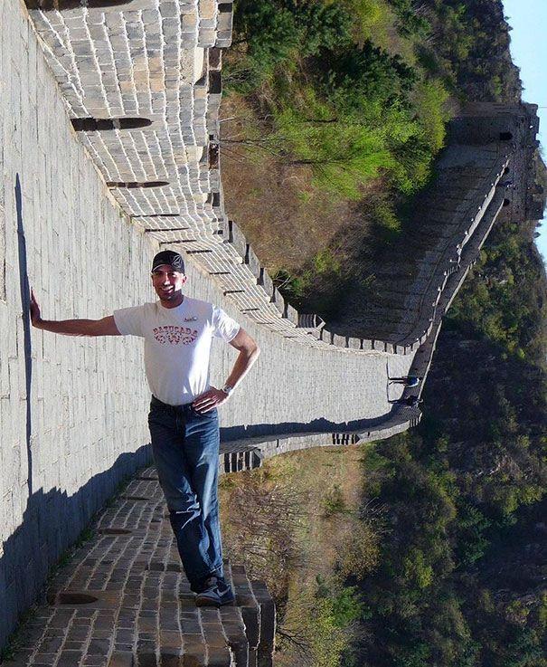 #15 Berdiri di lantai sempit. Ini juga sulit dilakukan. Pria ini berdiri dengan satu tangannya.