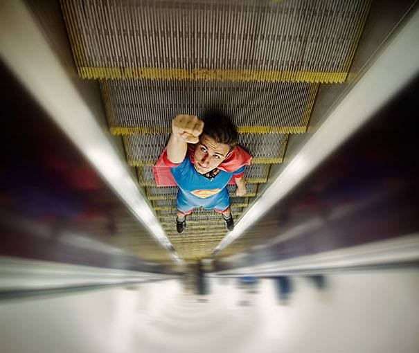 #16 Superman. Hahaha lucu sekali ini. Seorang pria berkostum superman sedang tiduran di eskalator.