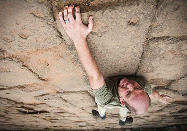 #17 Memanjat tembok. Unik sekali kan ini. Sebenarnya mudah kan! Hanya tiduran di lantai dan berakting sedang memanjat.