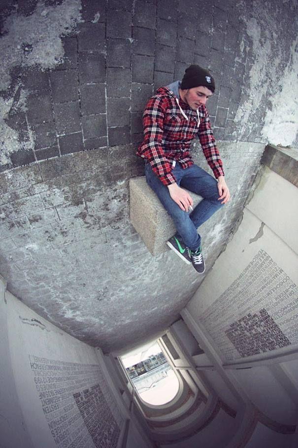 #20 Duduk di atas jurang. Pria ini duduk sambil rebahan di lantai. Sehingga lorong terlihat seperti jurang atau lobang yang dalam. Bagaimana Pulsker? Seru banget kan hanya karena pengambilan angel.